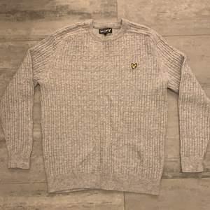 Grå stickad tröja från lyle & skott i storlek L, tröjan är i jätte bra skick, använd ungefär 2 gånger.