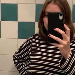 Super gullig randig tröja som är köpt på monki:) Den är lite för liten på mig så därför säljer jag den, köpt för ca ett år sen men sparsamt använd och är som ny. Strl xs men passar xs-m. Buda eller köp direkt för 150kr+63:- frakt.