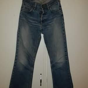 Min mammas super coola gamla Lee jeans i W28 men längden är jag osäker på, tror de är uppsydda❤❤ kan mötas i sthlm❤❤