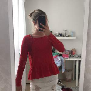 En röd blus från Gina Tricot med spetsdetaljer på sidorna. Storlek S. Använd 2 gånger