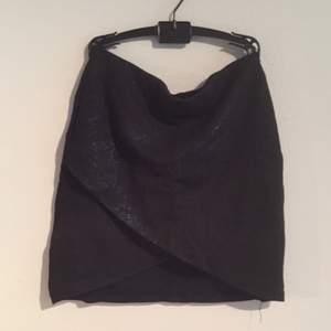 Tight kjol med tulpan-crop. Blått glitter på svart bakgrund.