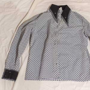 Vintageskjorta med speciella detaljer