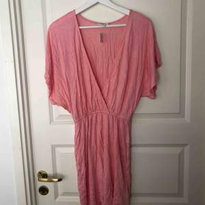 Fin rosa tunika/klänning, perfekt till stranden! Helt ny och oanvänd (prislapp kvar). Säljer för 35kr + frakt eller mötas upp i Stockholm.