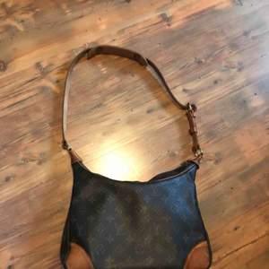 Jättefin vintage LV väska, funkar både som shoulder bag för män och handväska för damer. 30x18cm 2nd hand (aldrig använt själv)  100% äkta köpt från pridesign
