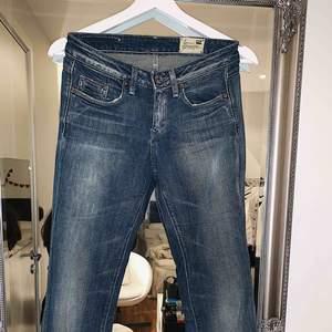 Ett par sjukt snygga G-star raw jeans, flair model i bena. Aldrig använda då det vart fel storlek för mig. Storlek 27 midjan, 32 i längd. Köparen står för frakten📦☺️