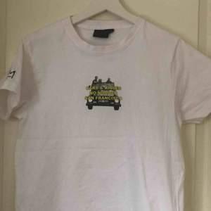 Hov1 tshirt, knappt använd då jag helt enkelt inte tyckt den varit min stil. Köpt på deras hemsida för 300kr + frakt men eftersom jag använt den säljer jag billigare. Går ej att köpa mer🥰Frakt tillkommer
