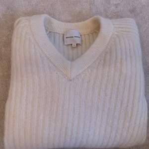 En vit stickad i äkta ull material! Mycket fint skick! Buda💓 nypris 1.700kr