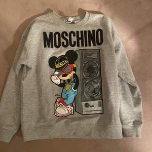 Säljer min coola hm x moschino limited edition! Tyvärr är den lite för lång på mig då jag är kort och därför inte kommer till så stor användning men den är sjukt snygg... köptes för 600kr på hm. buda i kommentarerna!!💫