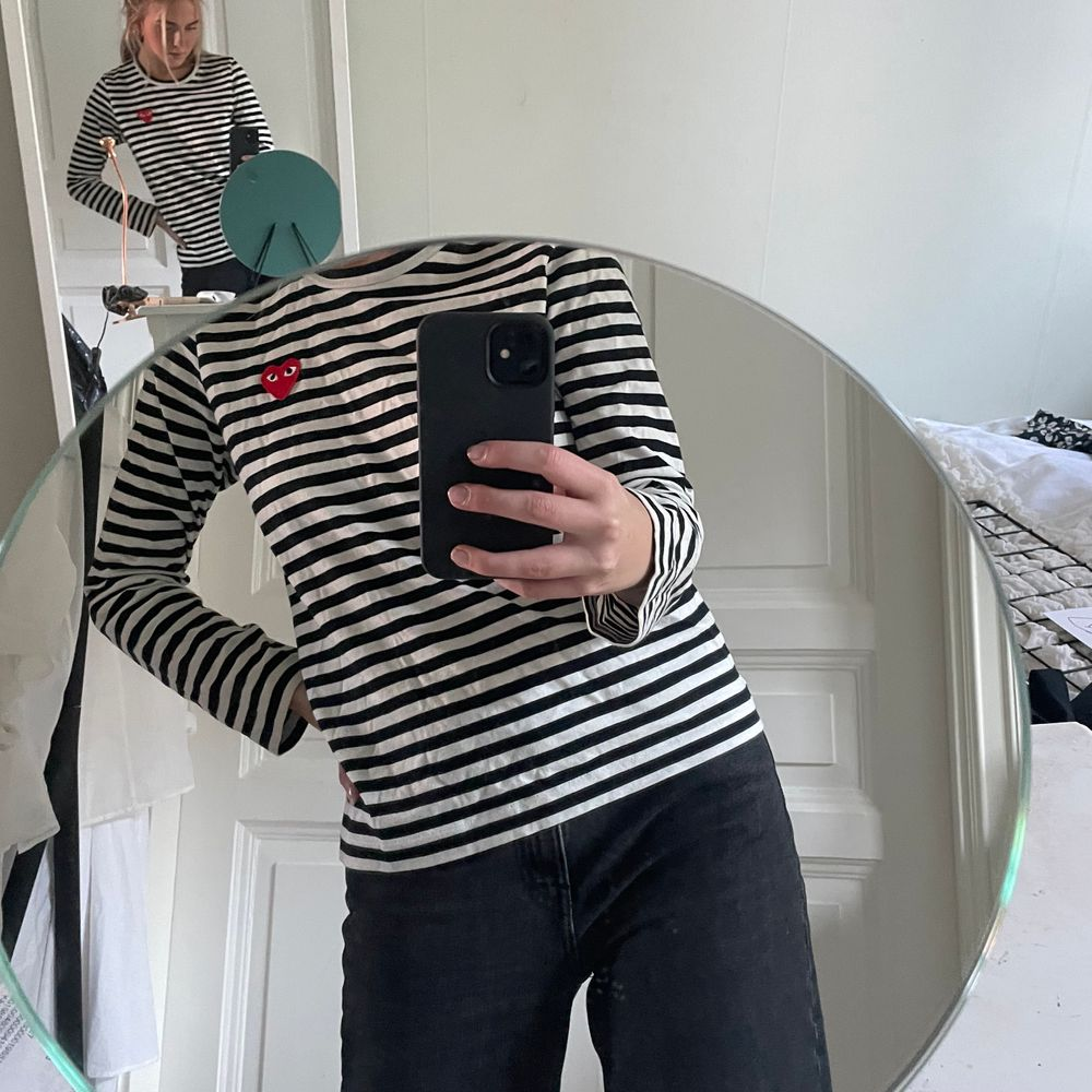 Superpopulär tröja från PLAY Comme des Garçons i storlek L, dock väldigt liten för att vara L så skulle nog med säga en liten M. Haft på mig den Max 5 gånger så den är i superfint skick. Köparen står för frakten som tillkommer 💖. Tröjor & Koftor.