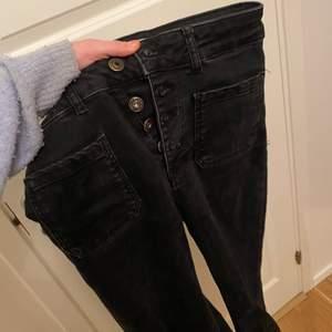 Jätte coola oandvända jeans från zara! Säljer dessa då de är lite tajta på mig. Storlek 36 men kan vara lite tajta kring låren beroende på kroppstyp. Är mörkare än vad andra bilden visar. Nypris :360kr mitt pris: 150