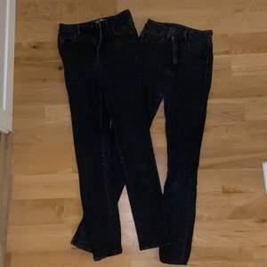 Två par likadana svarta jeans från Gina Tricot. De är högmidjade och av den tightare modellen. De är väl använda men i bra skick. 180kr för ett par och 300 för båda.