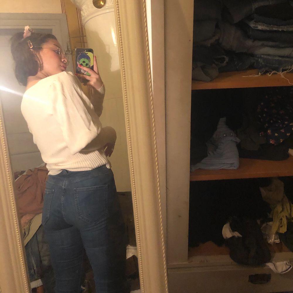 En fin tröja som jag älskar, men tyvärr så är den lite för stor för mig (är storlek S), jag tycker att den passar alla storlekar på grund av att den är väldigt Stretchig av sig. Det beror bara på hur tajt eller lös man vill ha de ☺️. Tröjor & Koftor.