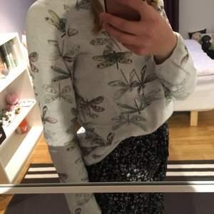 Stickad tröja med trollsländor på från hm i strl 170 men passar mig som vanligtvis har s. I fint skick. Betalas med swish! 40 + frakt