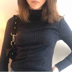 Säljer denna riktigt fina mörkblå ribbade tröja med lite högre krage och lite fina detaljer på slutet av ärmen . Den är som i nyskick och inte använd många gånger( alltså är den inte sliten alls) Den är xs men passar S/M  också. Säljer då jag inte har användning för den💙💙💫