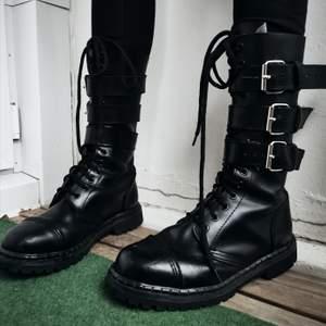Undercover London, 14- håls kängor med stålhetta i mycket fint skick. Använda ca 3 gånger. Står att det är UK size 7 (40) men det stämmer inte riktigt. Är mer som storlek 40/41. Perfekta skor nu till vintern! ❄️