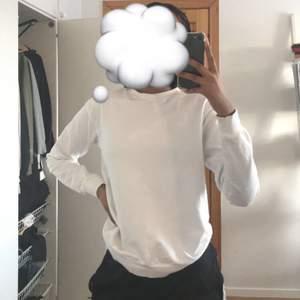 Basic vit sweatshirt i storlek 34/36 från asos. Använd va 2 gånger, frakt betalas av köparen💕