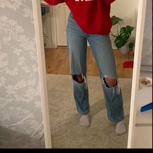 Storlek: 36 Superfina jeans, har knappt använts. Säljer pågrund av att dem är lite för korta på mig, sitter annars fint överallt. Jag är 173cm💕