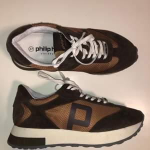 Jättecoola trendiga bruna sneakers från Philip Hog, dem är tyvärr försmå för mig så måste sälja dem vidare. 😢 Strl 37 men skulle snarare säga att de passar på någon med strl 36. Dem är i nyskick endast provade säljer för 300 kr + frakt ☺️