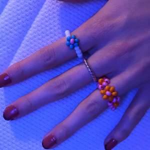 säljer de här pärlringarna! du väljer design och färg ;) tråden är elastisk så den passar alla.