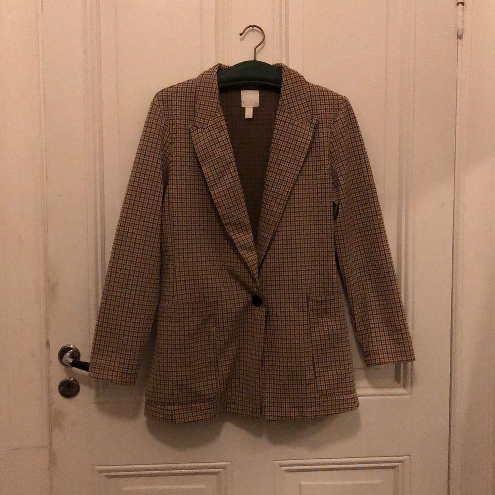 Snygg lite oversized blazer, super bekväm och i toppen skick. Har inte kommit till användning på senaste så därför så säljer jag den. Köparen står för frakten. Kostymer.