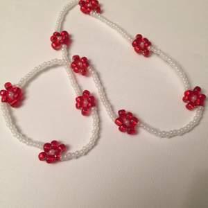 Halsband med röda blommor som kommer bidra till julkänslan🎅🏼 om du har några frågor är det bara att fråga!🥰  Det är elastiskt band så den passar alla