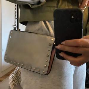 Liten väska med nitar runt om från Zara