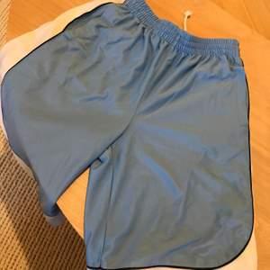 Vändbara basketshorts, de går precis nedanför knät men är tyvärr för små för mig. Ena sidan är ljusblå och andra vit.