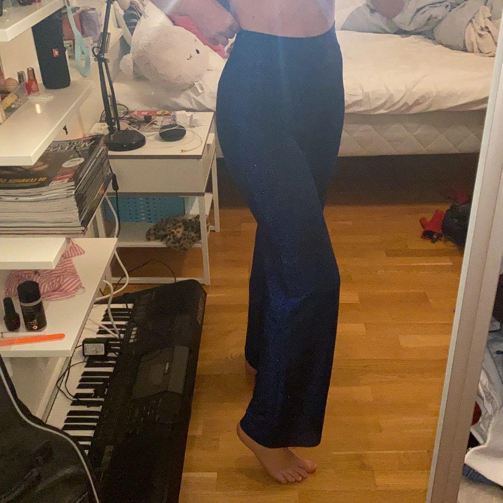 Ett par blå glittriga mjuka byxor köpta från bikbok. Änvända 2-3 gånger. Frakt 50kr. Jeans & Byxor.