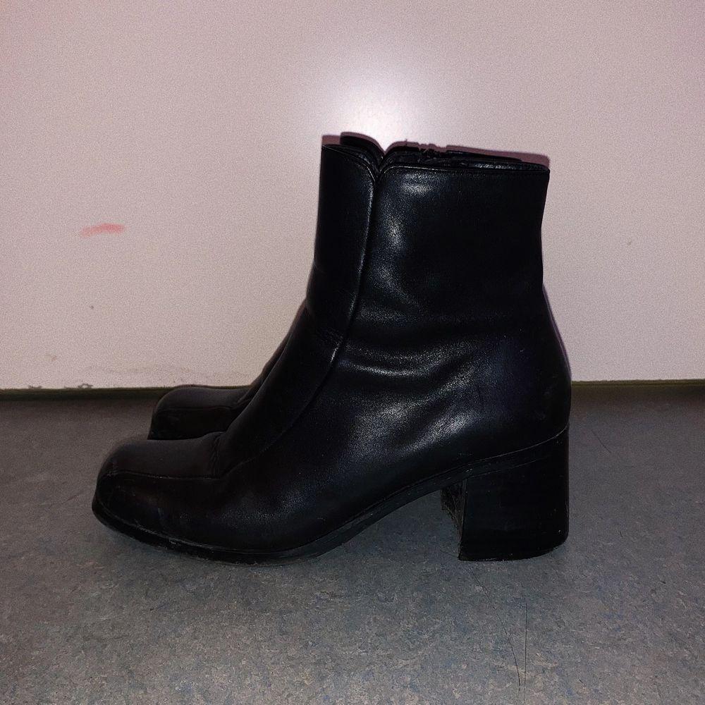Jättefina svarta boots, super bra skick! Lite smutsiga på bilden men de rengörs innan de säljs! storlek 39 🪐. Skor.