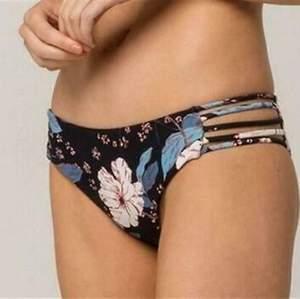 Säljer denna super snygga bikini underdelen från billabong då den är förliten för mig. Andvänd några antal gånger för två år sedan men kommer skälvklart tvättas! Pris kan diskuteras