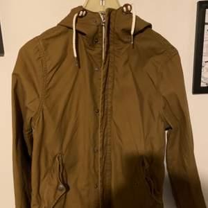En lite senaps gul/brun jacka, storlek S. Betalning sker via swish och köpare står för ev frakt! (Ca 70kr)