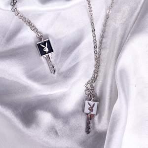 Super fina playboy halsband. Finns både i svart och vit kvar. 1 för 99 kr eller 2 för 159. Gjorda av rostfritt stål. Helt nya/oanvända. Finns flera st i lager. Gratis frakt 💕