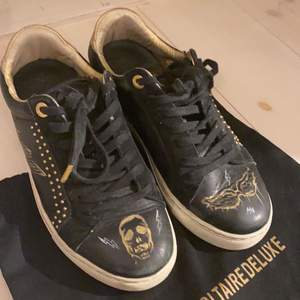 Skitsnygga unika zadig skor med målning som ingen annan har. Fick de målade på butiken på birgeljarlsgatan. Jätte bra skick och kommer såklart tvätta vid köp.