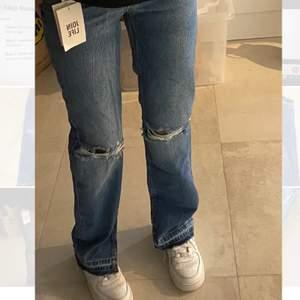 Ett par nya oanvända Jeans från Berskha med slits💜💜Köpta för 499kr men säljer för 220kr💜💜 köparen står för frakt