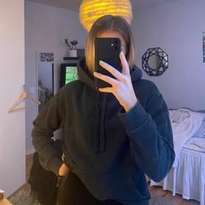 Mörkgrå hoodie, jätteskön, säljs då jag har för mycket hoodies, frakt tillkommer!
