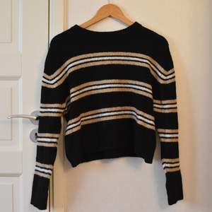 Väldigt skön och mjuk stickad tröja från hm. Säljer för att den inte används längre, men använd ett par gånger för ett tag sedan. Den är i fint skick, från hm. Skulle säga att den kostade runt 150 som nypris. Nu 85kr. Skulle passa s-m.