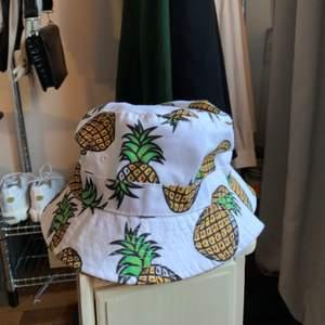 säljer min fina buckethat med ananaser, köpt second hand. omkrets 56cm. bud i kommentarerna om många är intresserade! alla kläder tvättas och sprayas med washologi innan de skickas🍄