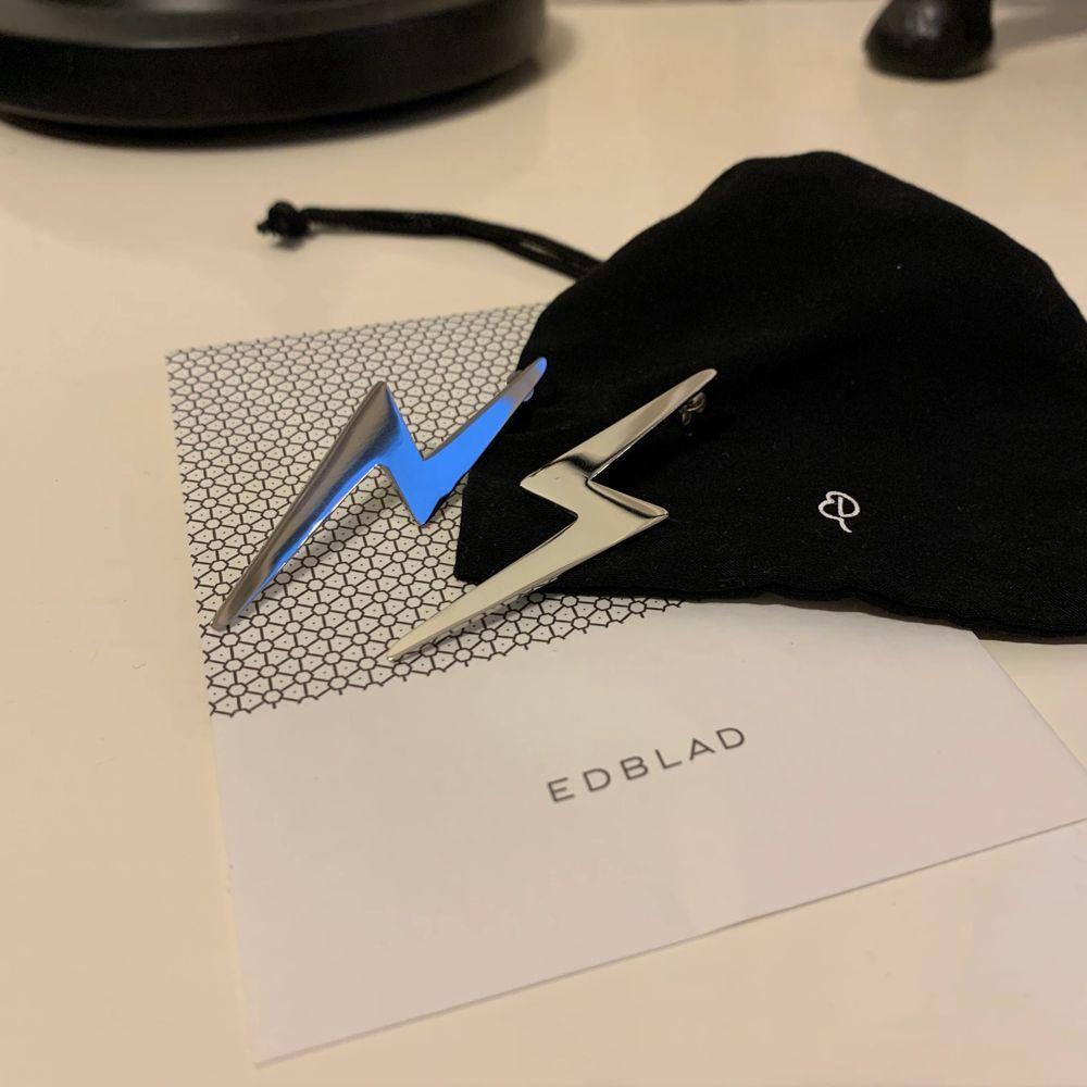 Ett par superballa silvriga blixtörhängen ⚡️ från Edblad! Använda max 3 gånger och är så gott som nya! Köpte dem för 399kr men säljer dem för 199kr inklusive frakt. Älskar dem men använder dem tyvärr inte så mycket som jag trodde att jag skulle göra! ❤️⚡️⚡️. Accessoarer.