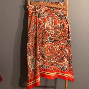 Jätte fin kjol från hm. I silkes material. Ojämn i botten, alltså med två spetsar - Som en sjal som är vikt.  slits på två ställen. Blixtlås i sidan. Jätte bra skick säljer för den ej passar längre.