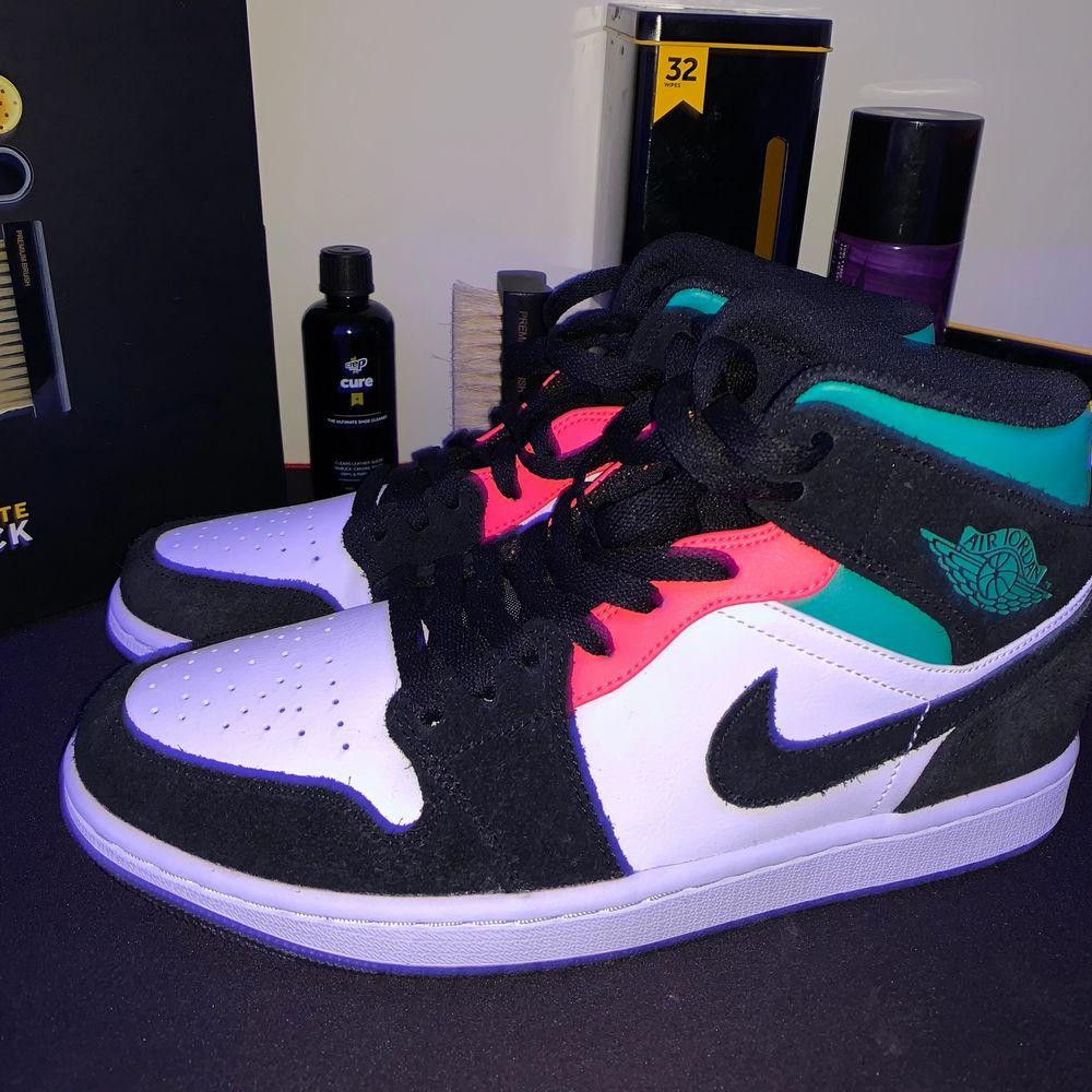 Några jätte bra och snygga Jordan 1s super bra som första Jordan eller som en ny för samlingen! Storlek 41 helt ds (har testat de) men märks inte lådan är i okej skick dm:a @stealz.Sthlm på Instagram för fler bilder! Betala med swish pris går att ändra!. Skor.