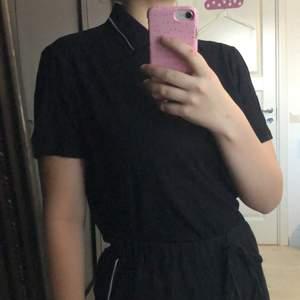 En svart skjorta som är Disney signature i storlek S, har en svart, vit nalle puh❤️ (Frakt ingår i priset)