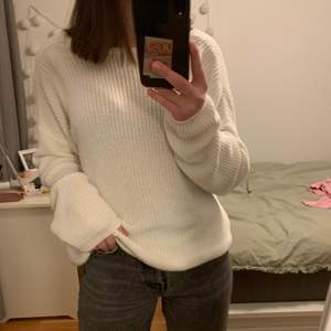 Säljer denna snygga vita stickade tröja med en V-ringning i ryggen. Man kan självklart vända på tröjan så V-ringningen är i fram som bild 3. Passar XS-L beroende på önskad passform. Säljer denna för 100 kr💕 (Buda på!)