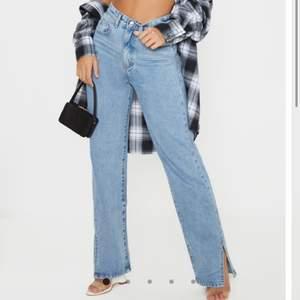 Säljer dessa supersnygga jeans från prettylittlething då de tyvärr inte passade mig så endast testade💓köpte de för 800 i strl 36 men skulle säga att de passar en 38 bättre💕ifall många är intresserade blir det budgivning!!