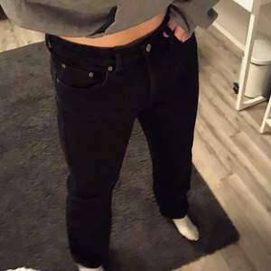 """säljer mina supersnygga weekday jeans i modellen """"rowe""""🪐 de passar perfekt på längden för mig som är 166 cm lång och är i bra skick💓 hör av er för mer information/bilder!😇"""