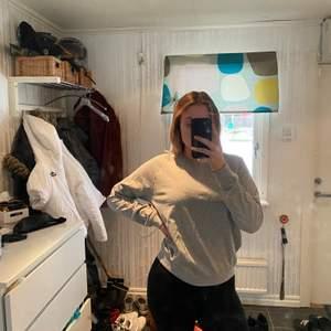 Tunn sweatshirt från Lager 157. Båda i storlek M. Båda för 100kr eller en för 60kr. Jag är 176 cm lång. Köparen står för frakten. Säljer då jag har två liknande.