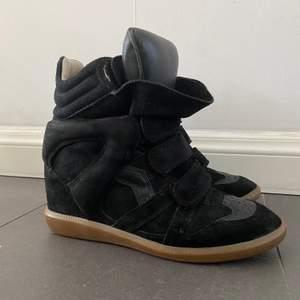 """Säljer mina super fina Isabel Marant skor i modellen """"Bekett"""" storlek 39. Köpta begagnade men nästan oanvända via Vestiaire där dom genomgick en äktighets kontroll. Jag skickar med beviset på att dom är äkta och quality control samt dustbag! Dom är i super fint skick endast lite missfärgning inuti pga skavt mot jeans. Nypris ca 4500kr, jag säljer för 2500kr. Kan mötas upp i Stockholm eller skicka via post, OBS frakt tillkommer! 🌼"""