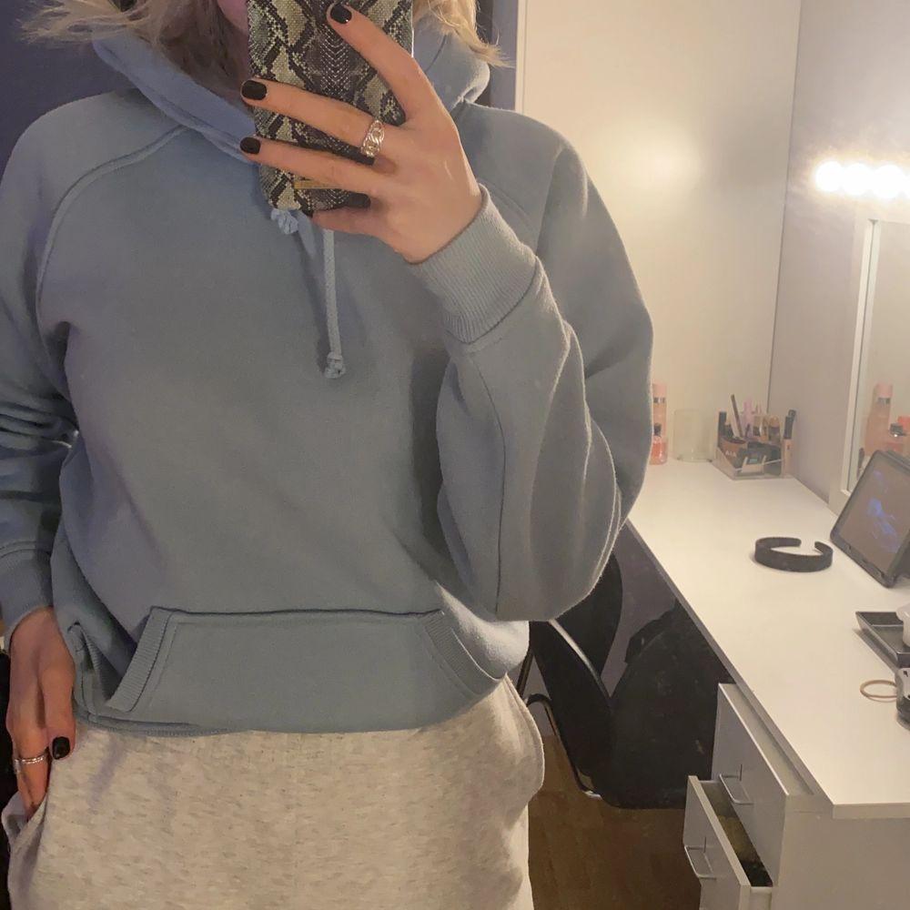 En ljusblå hoodie från bikbok som är nästintill oanvänd. Storlek XS. Köparen står för frakt!!. Huvtröjor & Träningströjor.