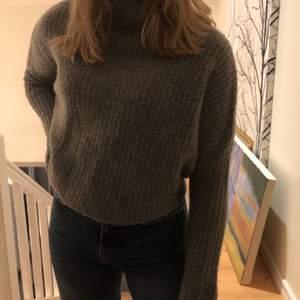 Säljer nu denna super fina stickade tröjan från hm. Den är i väldigt bra skick och väldigt skön.