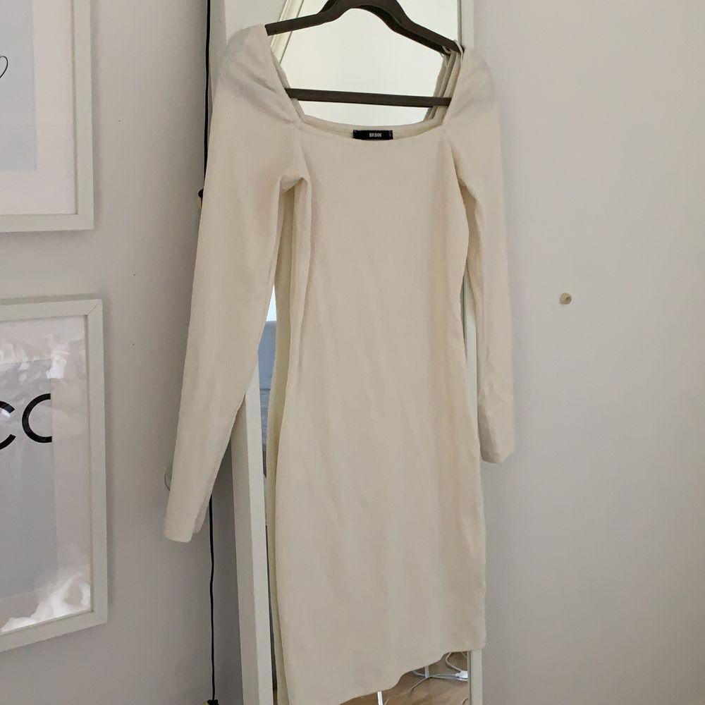 Ny vit klänning med fyrkantig halsringning. Superfin. Säljer då jag aldrig använt den och tror att någon annan kan få mer användning av den. Köpare står för frakt!. Klänningar.