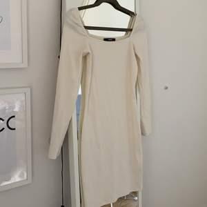 Ny vit klänning med fyrkantig halsringning. Superfin. Säljer då jag aldrig använt den och tror att någon annan kan få mer användning av den. Köpare står för frakt!